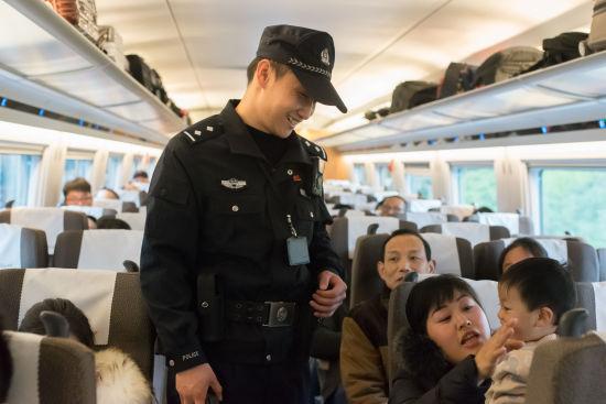 """急速赛车开奖网:上海铁警积极开展""""学雷锋""""活动"""