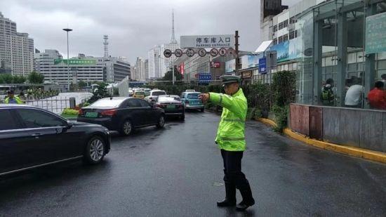 """迎战台风""""利奇马""""看静安交警如何严正以待抗台风"""