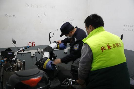 电动自行车进楼道隐患多,浦东警方施妙招治理坚苦