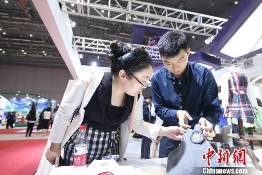 金沙4166.com:2017中国服博会在沪举行_校服品质化、国际化受关注