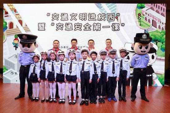 """上海静安交警携""""交通安全绘本+VR游戏""""进校园"""