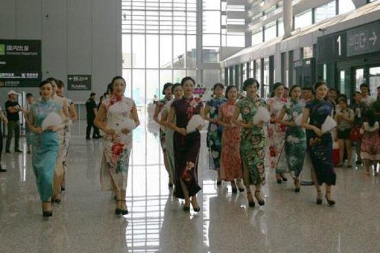 澳门金鲨游艺场:上海机场旗袍秀__洋溢浓浓爱国情