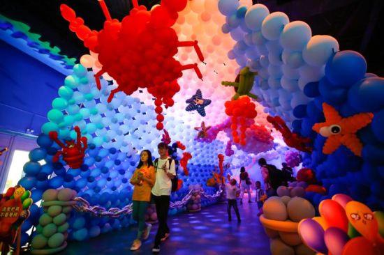"""线上赌博平台网址:上海欢乐谷打造气球嘉年华""""童趣""""过六一"""
