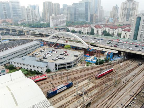 上海首个跨线桥工程启动顶推作业