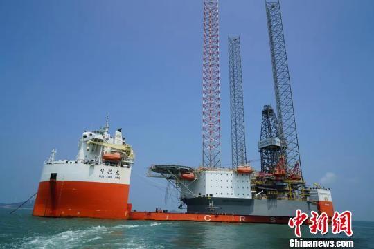 上海自贸区新片区首台高端海洋重型装备出口 踏上赴新加坡的航程