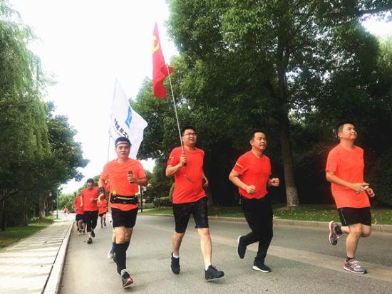 北京赛车直播开奖软件:奔跑传递红色力量_挥汗展示中建精神