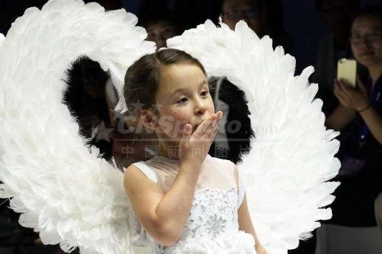 上海纸巾婚纱秀演绎时尚没边界
