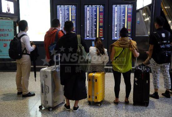 上海遭遇暴雨侵袭 两大机场航班大面积延误