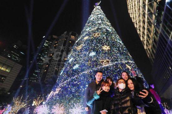 """23米高圣诞树""""点亮""""上海街头-中新社上海"""