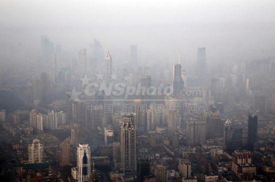 """澳门网上赌博开户:上海摩天大楼在雾霾中""""忽隐忽现"""""""