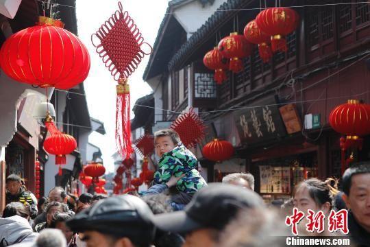 365彩票登录:【新春见闻】阳光短暂回归_上海景区民众和游客爆棚