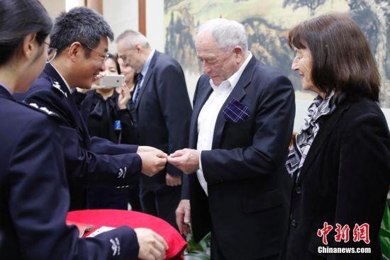 诺贝尔奖得主等六位外籍人才在上海获颁永久居留身份证