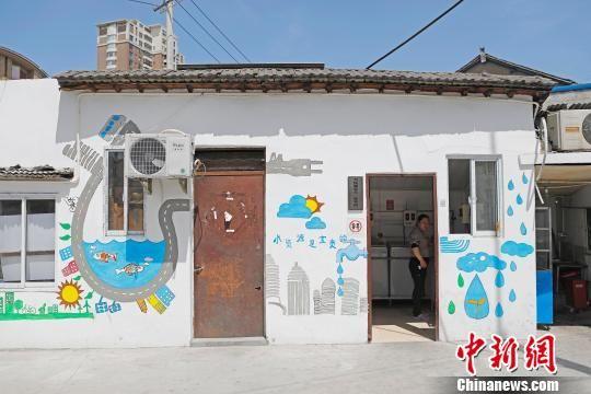 """上海听障学生将脏乱的""""城中村""""绘制成了艺术社区"""
