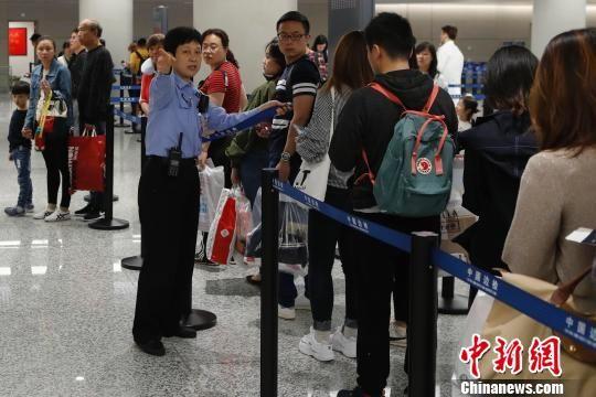 上海虹桥国际机场五一小长假出境客流同比猛增16%