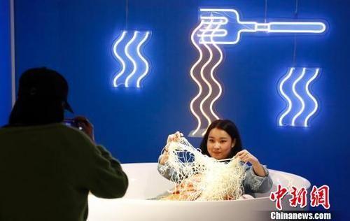 """""""孤独的泡面""""上海首展夺人眼球"""
