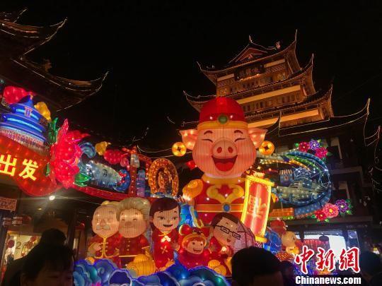 """最新平台博彩官网豫园新春民俗艺术灯会亮灯 """"财神猪""""受热捧"""