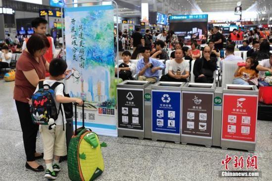 """上海""""最严垃圾分类""""生效 电商平台""""分类垃圾桶?#27605;?#26029;货"""