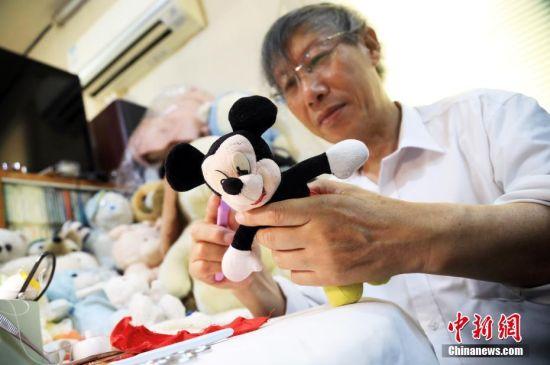 72岁上海老伯修复毛绒玩具帮顾客找回童年记忆