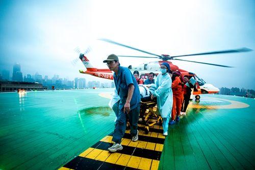 雨中! 两飞!两名重度烧伤患者今天航空转运至瑞金医院