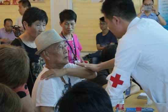 上海市医师协会医学科普分会领衔进社区送健康