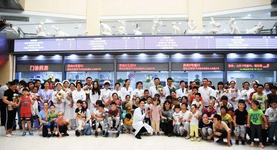 """第二个""""中国医师节"""":小病人用歌声与鲜花感恩医生"""