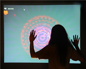 我们正在步入一个将现实生活带入数字虚拟的科技化时代,丰富多彩的数字科技展示手段势必改变人们的认知方式。图为用手势可以遥控光影图案的变幻。
