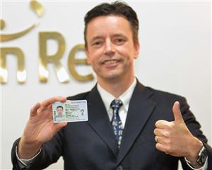 """上海科创中心进一步加大海外高层次人才吸引力度,来自荷兰的47岁""""萝卜""""先生有幸成为中国出入境新政实施后的第一位受益者。"""