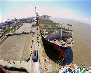 """由上海外高桥造船建造、第七O八研究所自主研发设计的全球最大集装箱船之一""""达飞·瓦斯科·达伽马""""号的试航成功,标志着中国已完全具备了设计并建造超大型集装箱船的能力。"""